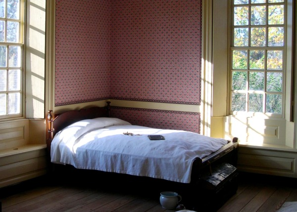 A November 2004 photo of a bedroom at Colonial Williamsburg