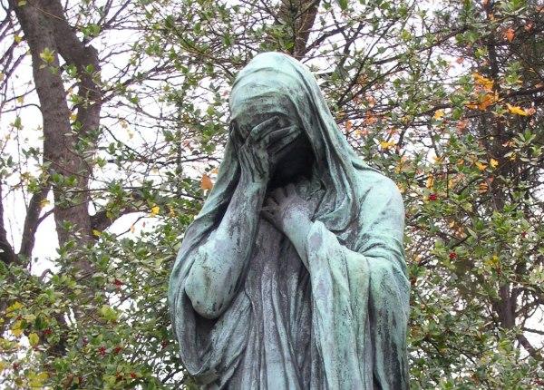 A statue in Le Cimetière du Père-Lachaise, Paris, December 2005