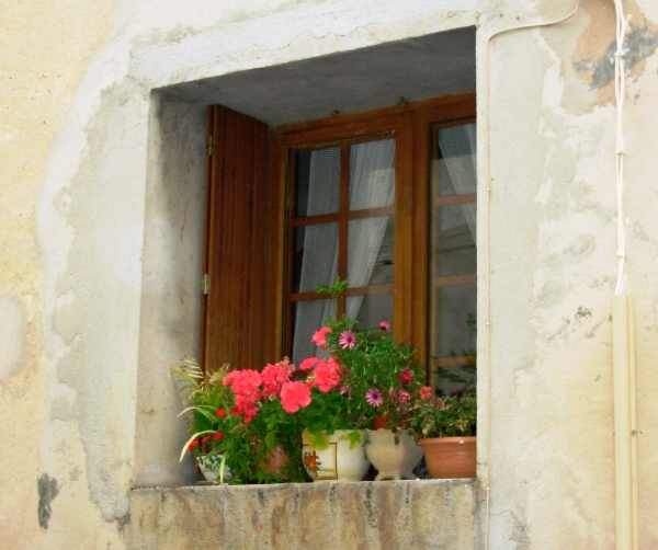This photo brings back fond memories of a quiet corner of Allauch, France, May 2008.