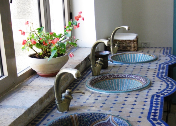 Decorative sinks at the Mt. Zion Hotel in Jerusalem. Photo by By Deror Avi, CC BY-SA 3.0 via Wikimedia Commons